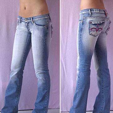 узкие джинсовые брюки.